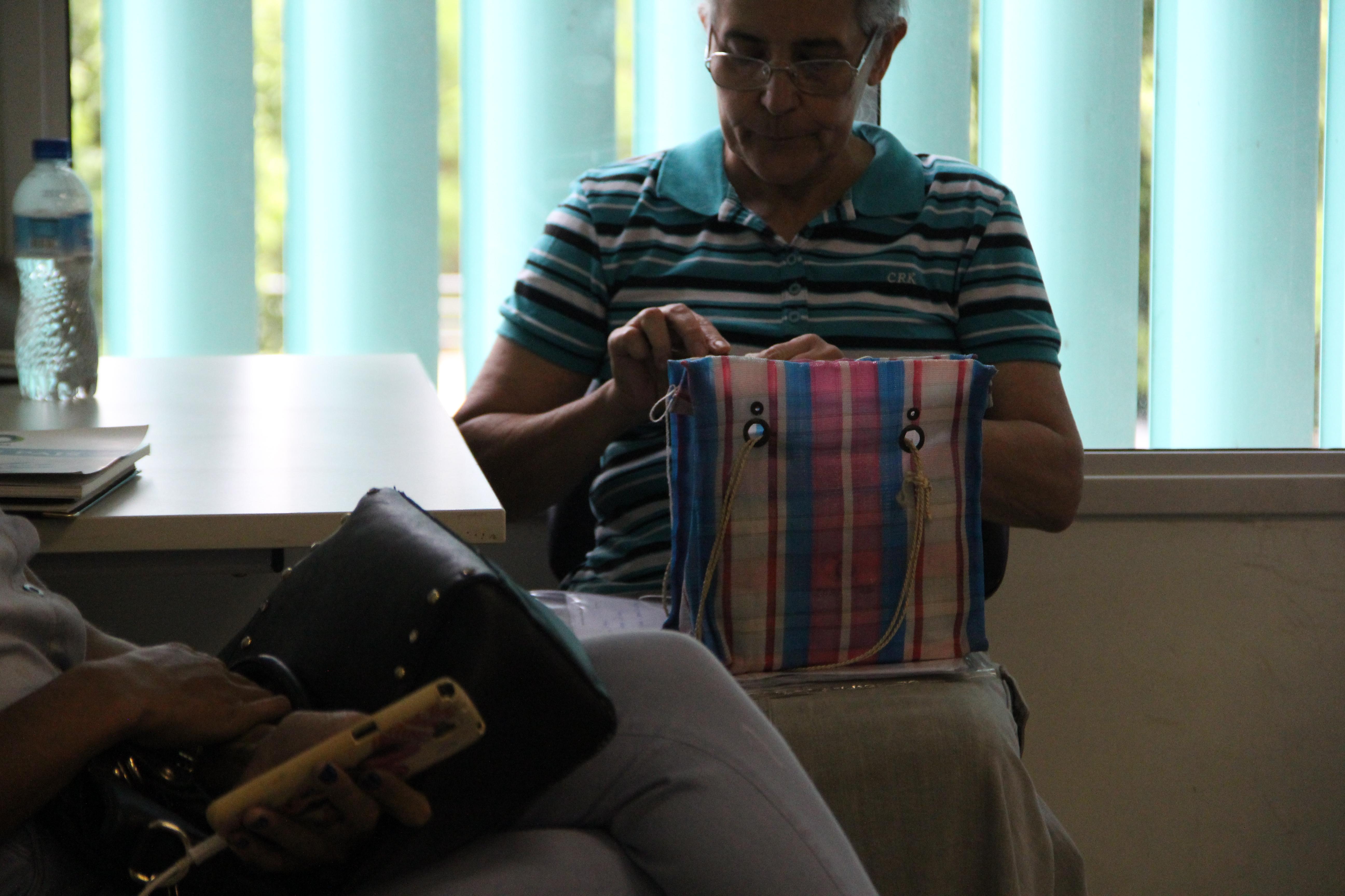 A aposentada Helena Braga aguarda atendimento na defensoria de Goiás para sua amiga que tem Lúpus/ Fotos: Luiz da Luz