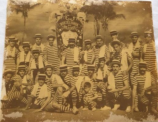 """Foto: um dos primeiros desfiles do """"Donzelinhos"""". Reprodução."""