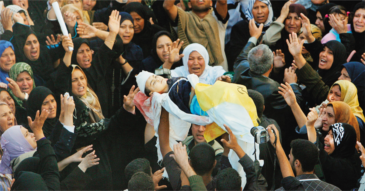 Enterro de Maysa, uma das dezenove pessoas da mesma família que morreram na Rua Hamad, quando explosões atingiram crianças que dormiam e adultos que se preparavam para as primeiras orações