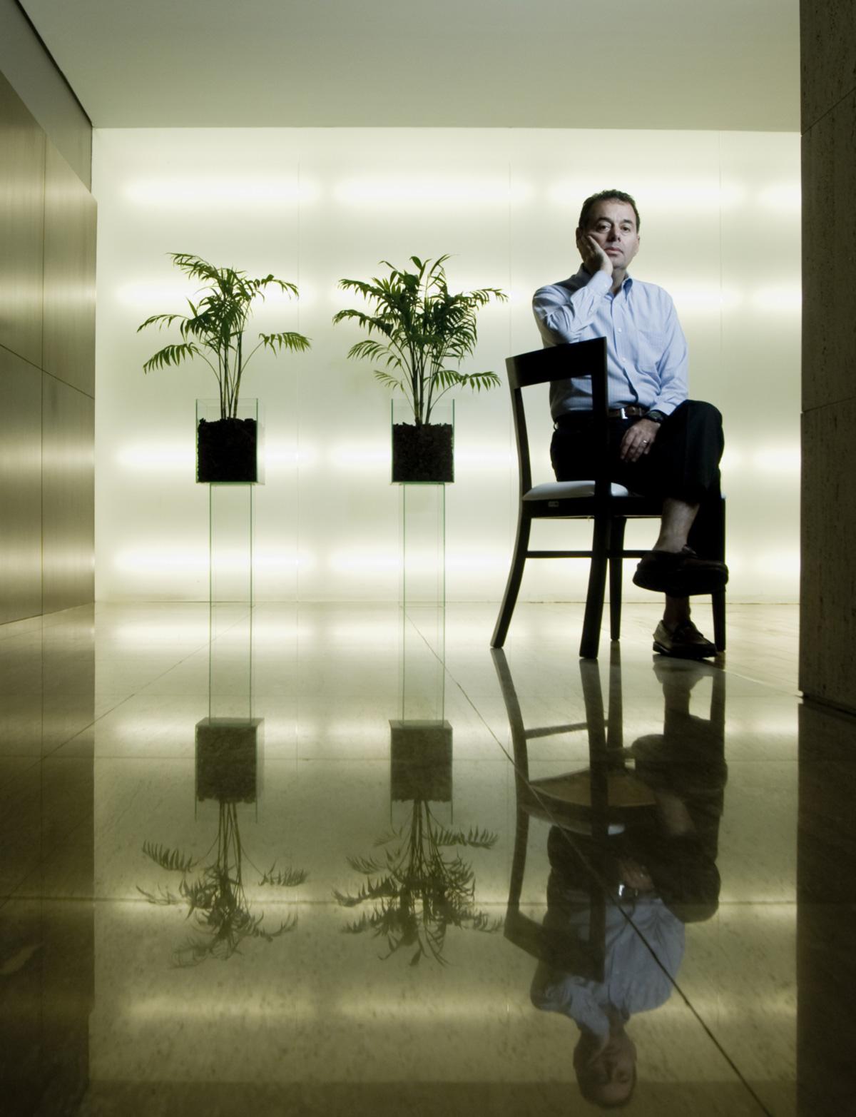 """Stuhlberger na sede de sua empresa: """"Gustavo Franco, com sua política de juro alto e manutenção da paridade cambial, deu mais prejuízos para o país do que todos os corruptos juntos."""""""