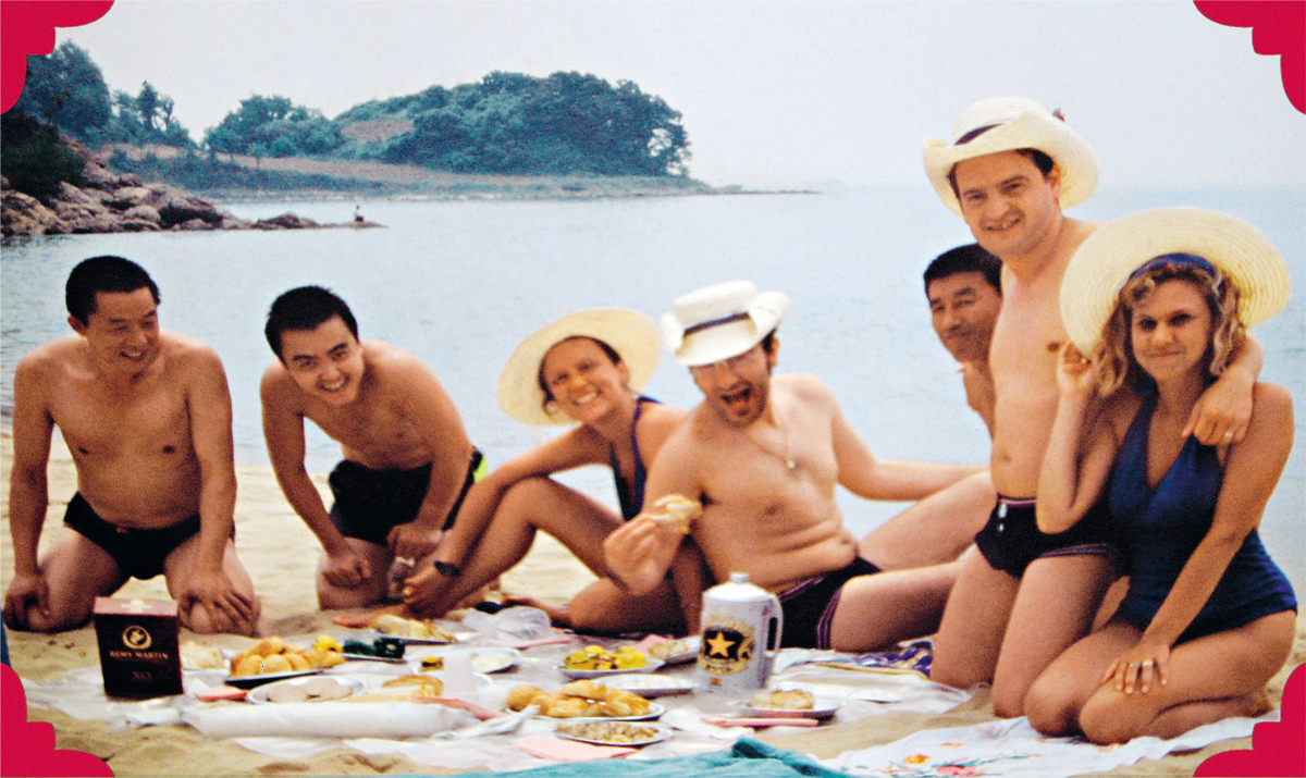 """""""Já tínhamos tomado gosto pela vida de turistas quando um telefonema nos tirou da cama: 'Café da manhã daqui a uma hora, preparem suas malas, estaremos fora por uns dias, numa localidade de praia.'"""" Furlanis está de joelhos, abraçado à mulher"""