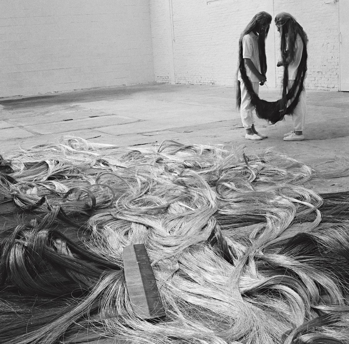 """Tunga criou, em 1985, a performance Xifópagas Capilares. O artista nega qualquer relação com As Gêmeas, de Guignard: """"Dar essa informação às pessoas seria entregar o peixe fácil demais"""""""