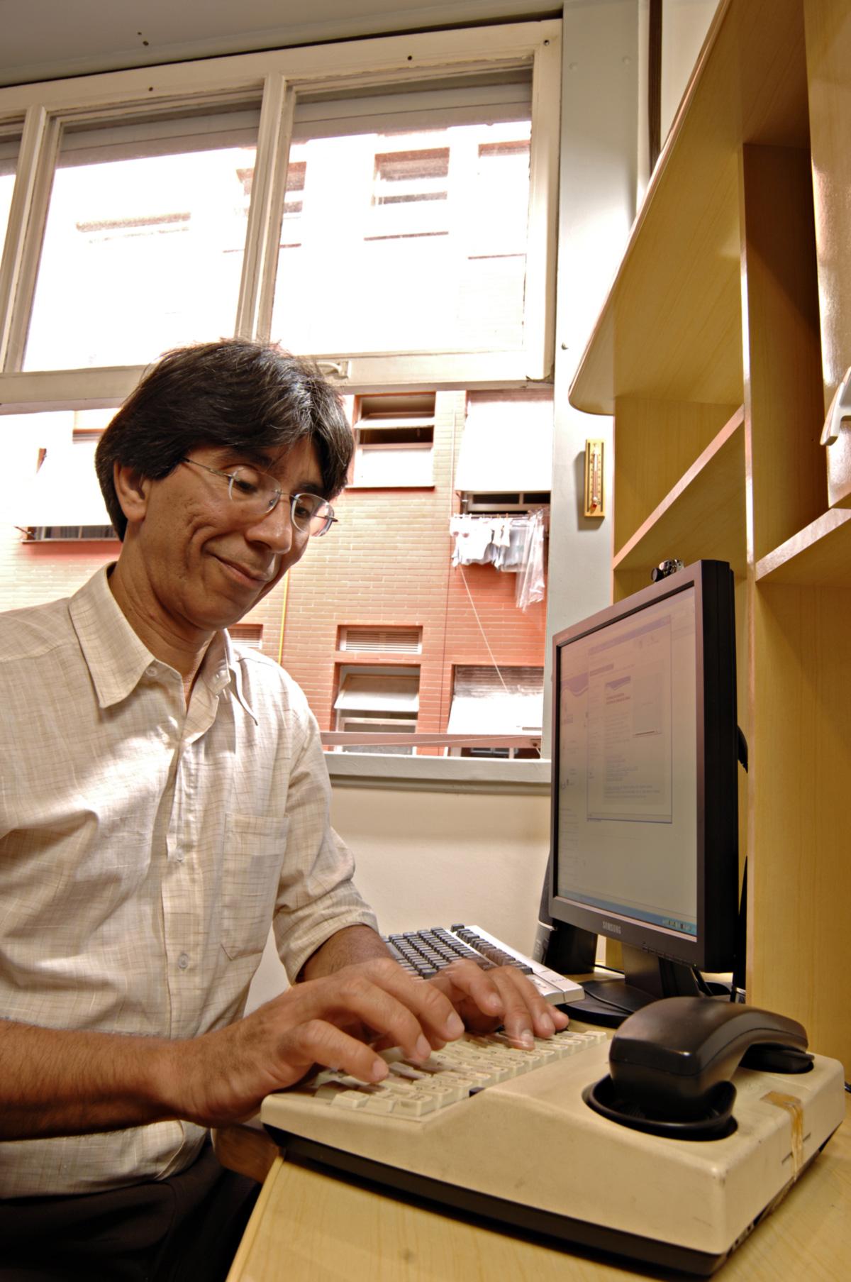 Com o aparelho TDD que tem em casa, João Carlos faz ligações telefônicas sem precisar ouvir ou falar. Comunica-se por escrito