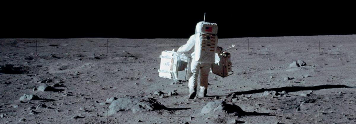Amostras recolhidas na Lua pelos astronautas da Apolo 11 e Apollo 17 foram presenteadas mundo afora. Hoje valem um bom dinheirinho, o que explica o paradeiro incerto de muitas delas