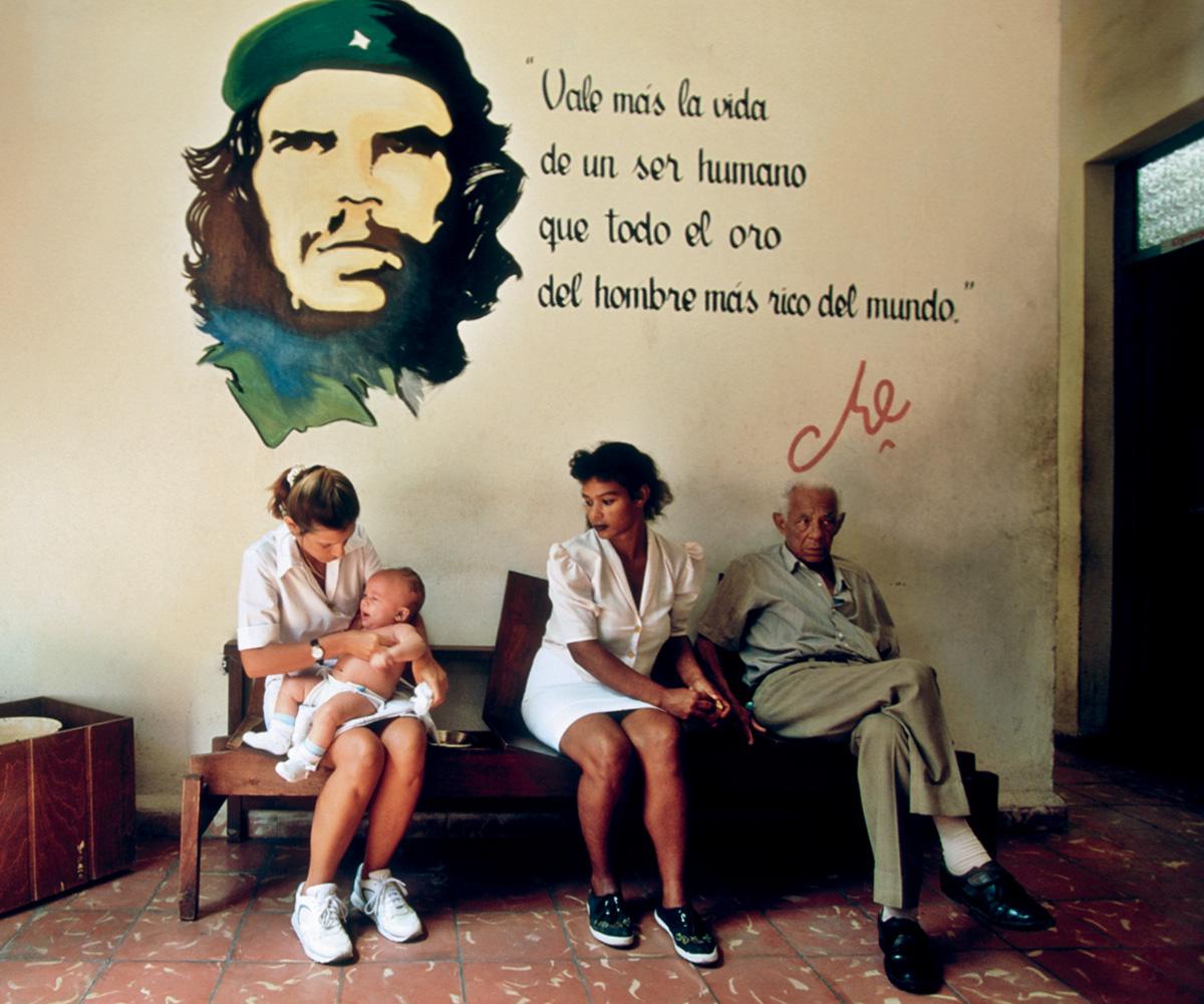 Cuba paga hospedagem, alimentação, material didático e uma bolsa mensal de 10 dólares para alunos estrangeiros estudarem medicina no país, que conta com um leito de hospital para cada 200 habitantes. No Brasil, é um para cada 300