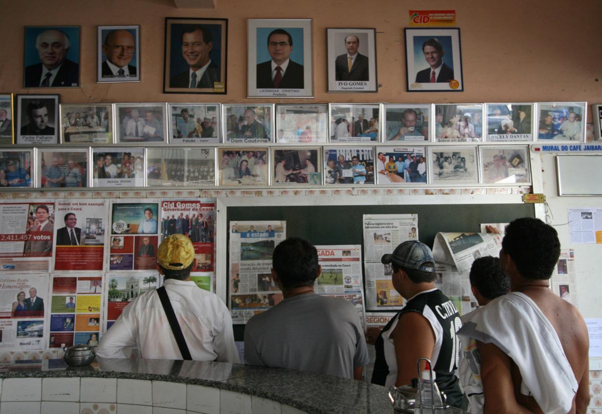 """É manhã no Café Jaibaras, no centro de Sobral: as fotos dos irmãos Ciro, Cid e Ivo (""""Nominhos pequenos para não ter apelido"""", segundo a mãe) estão por toda a cidade. Eles têm o voto certo da população"""
