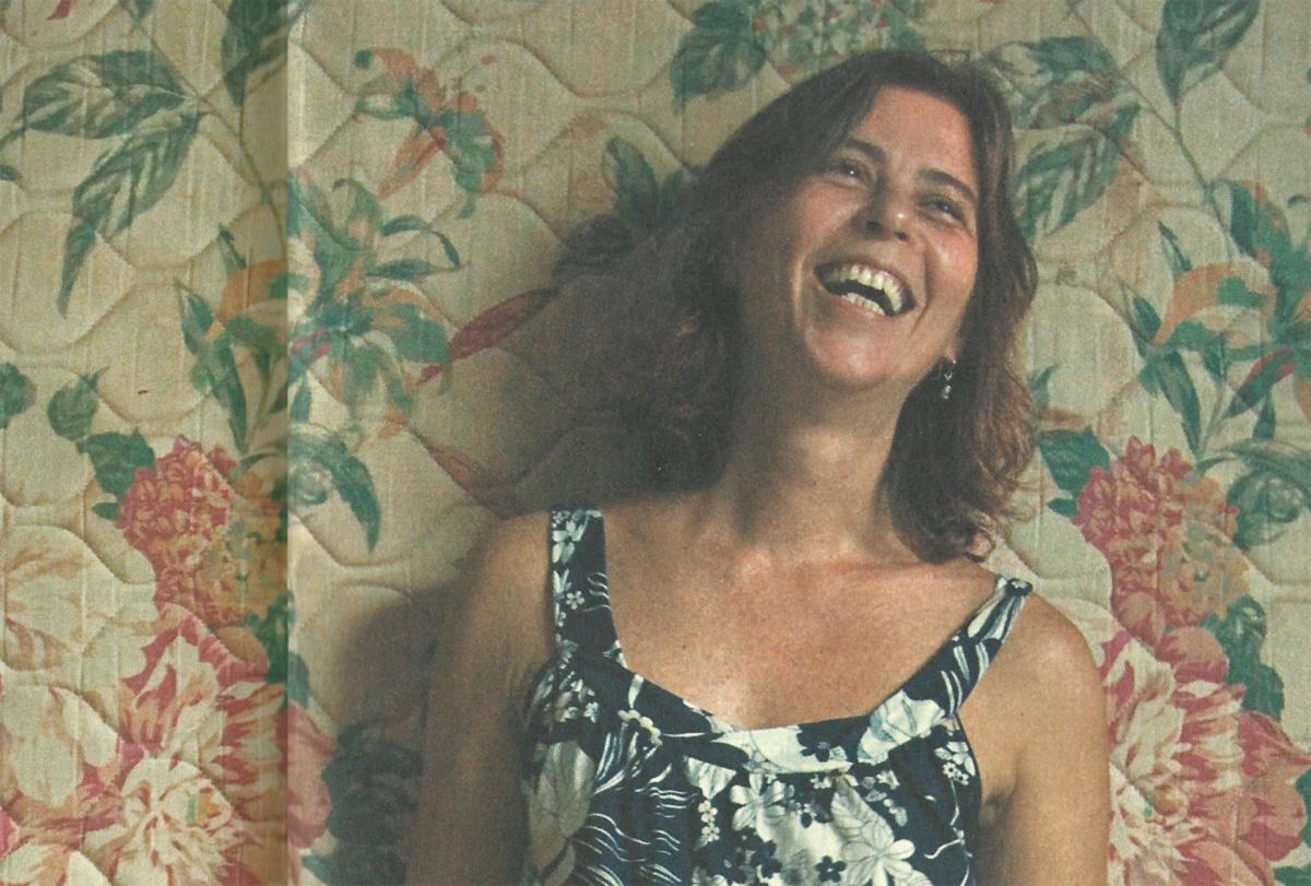 """O rock'n'roll acabou. Eugênia, a """"mãinha"""" de Chicão Eller, vive entre o trabalho, o tricô e a novela"""