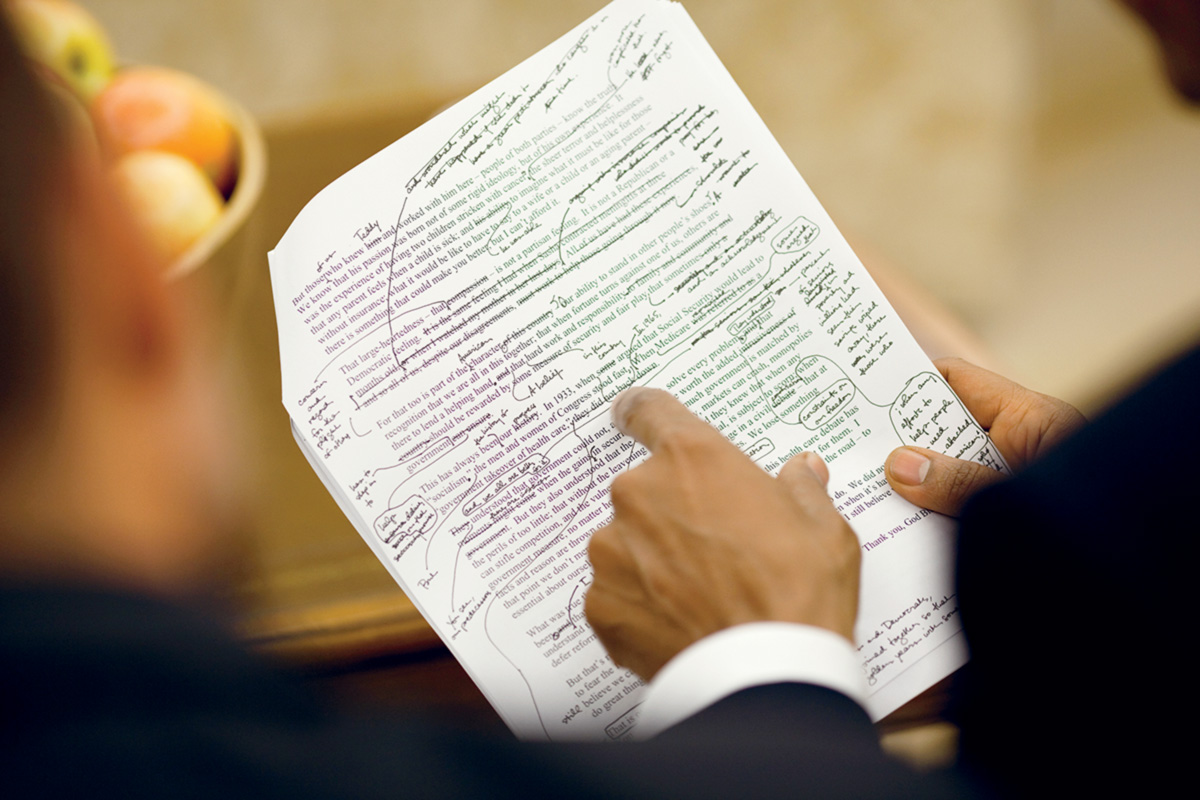Obama e Jon Favreau, principal <i>ghost</i> da Casa Branca e criador do slogan <i>Yes, We Can</i>, revisam as 5 614 palavras do texto sobre a reforma da Previdência. Com duração de 47 minutos, o discurso lido em sessão plenária do Congresso resultou na aprovação da reforma que divide o país