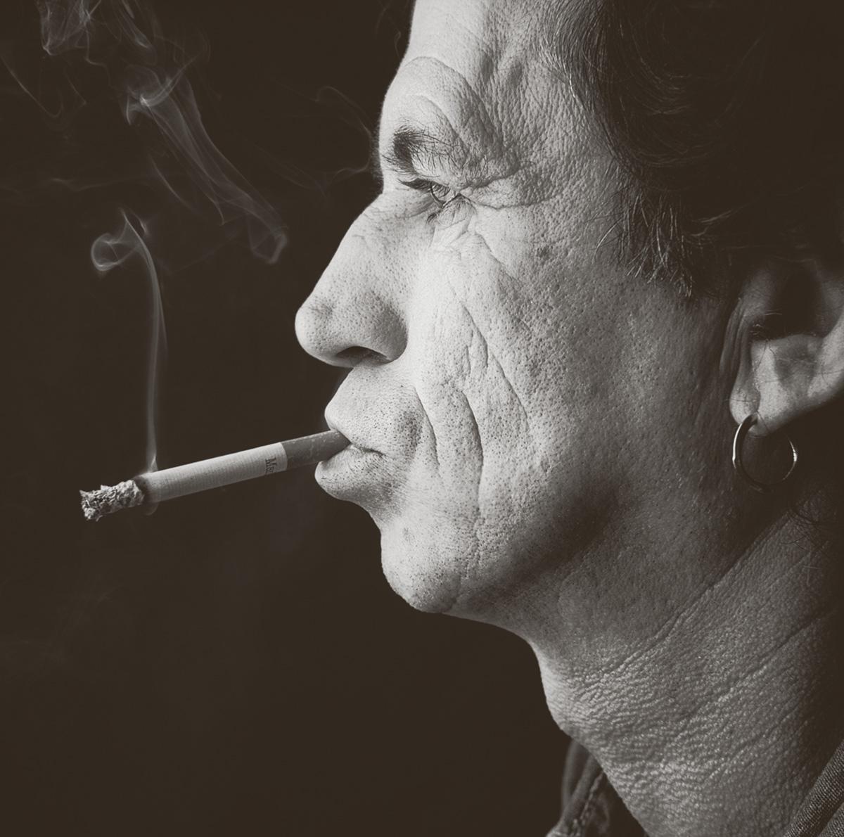 Richards admira a música de seus predecessores, mas não sente a dor deles. Está protegido dos dramas normais dos drogados por camadas de advogados, dinheiro e privilégios. Charlie Parker vivia no submundo, Richards batia papo com Onassis