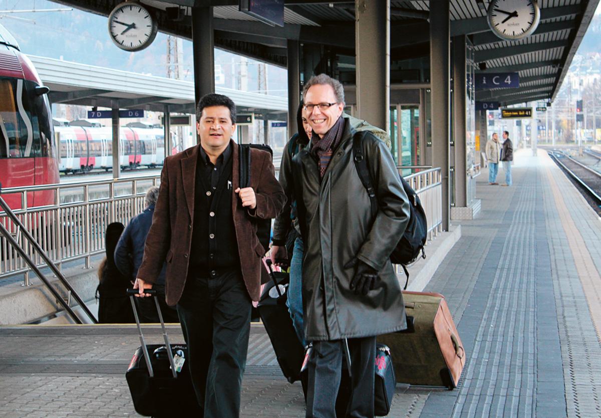 Nestrovski (à dir.) com Marcelo Lopes, diretor executivo da Osesp, na estação ferroviária de Innsbruck: eles dividem entre si a responsabilidade pelo sucesso ou fracasso de uma turnê