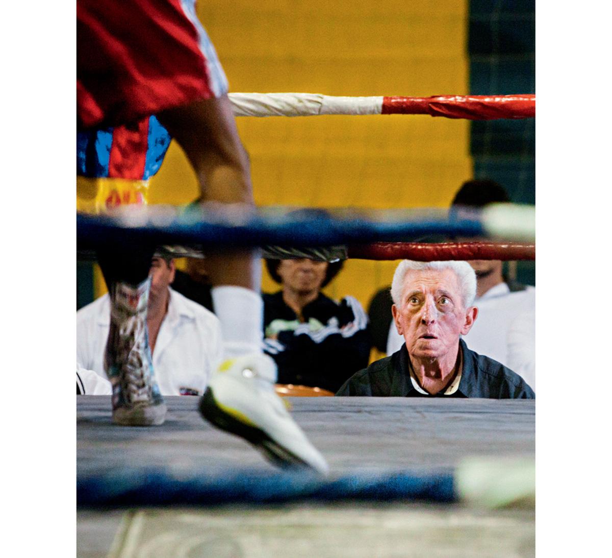 O veterano locutor e presidente quase vitalício da Federação Paulista de Boxe não arreda pé da bancada colada ao ringue. Seu xodó é a Forja de Campeões das noites de terça-feira
