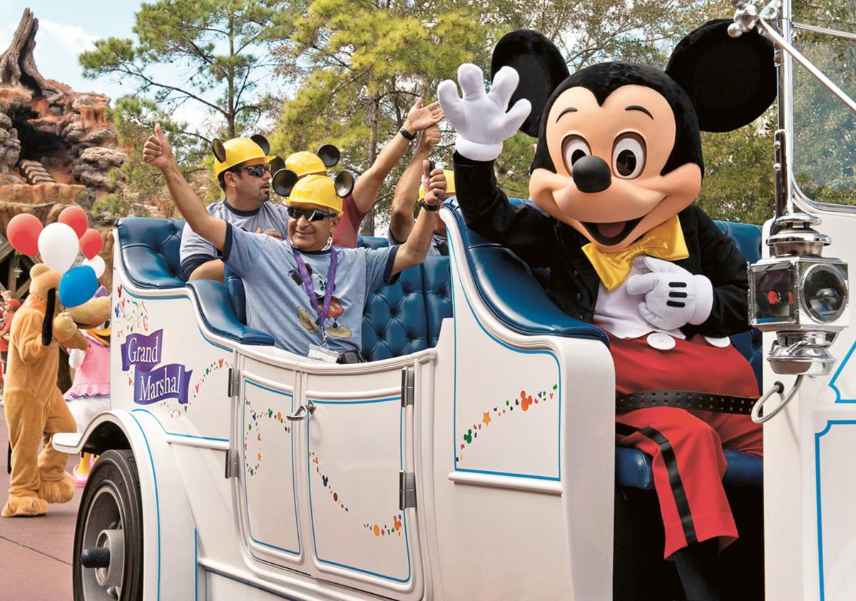 Em janeiro, 31 dos 33 mineiros resgatados no Chile, cada um acompanhado por quatro familiares, embarcaram para Orlando, nos Estados Unidos, a convite da Disney World. Desfilaram no carro do Mickey Mouse e tiveram todas as despesas pagas