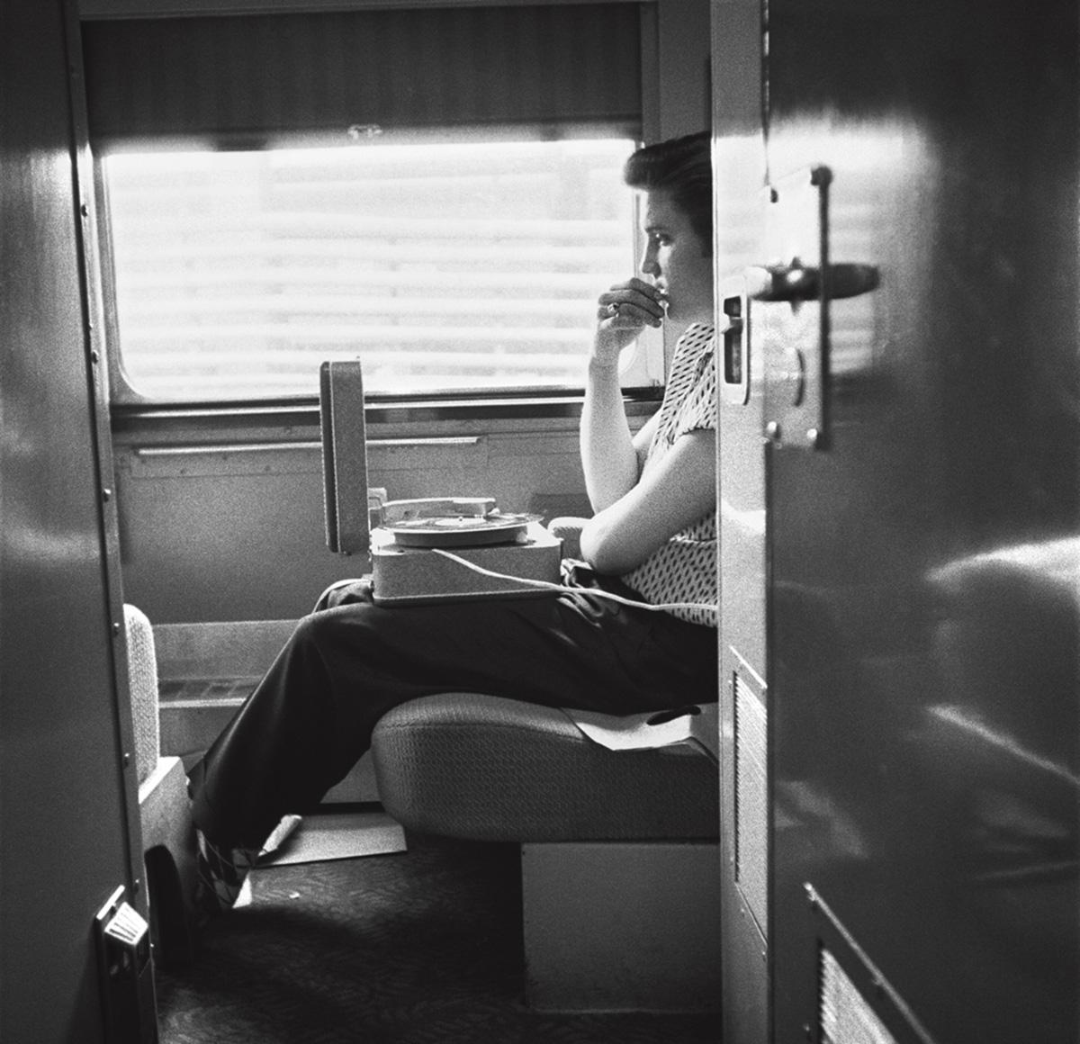 Em 1956, Elvis Presley embarcou na primeira turnê nacional de sua carreira. O fotógrafo captou essa transição de cantor regional para a condição de ídolo