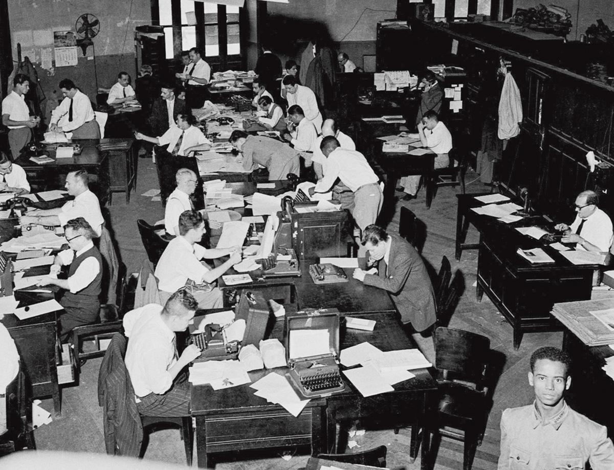 A redação de <i>O Globo</i>, na antiga sede da rua Bethencourt da Silva, no Largo da Carioca: na década de 30, reinavam os homens, as gravatas, os papéis e as máquinas mecânicas