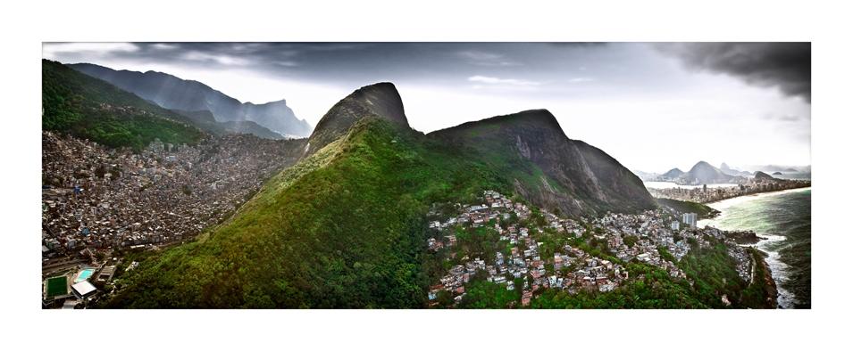 A favela da Rocinha, à esquerda, encontra com a do Vidigal, na Zona Sul. Ao fundo, as antigas referências: o Corcovado, a Lagoa, Ipanema e o Pão de Açúcar