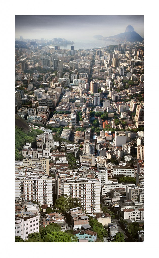 Prédios em Copacabana e Botafogo. Ao fundo, a Baía da Guanabara com o Pão de Açúcar