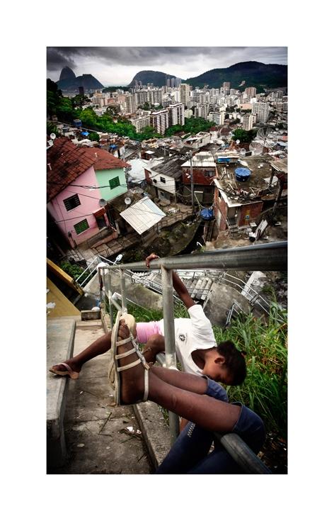 Montagem com crianças no morro Dona Marta, Botafogo e o Pão de Açúcar