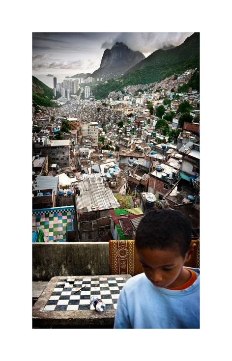 Favela da Rocinha, com São Conrado e a Pedra da Gávea