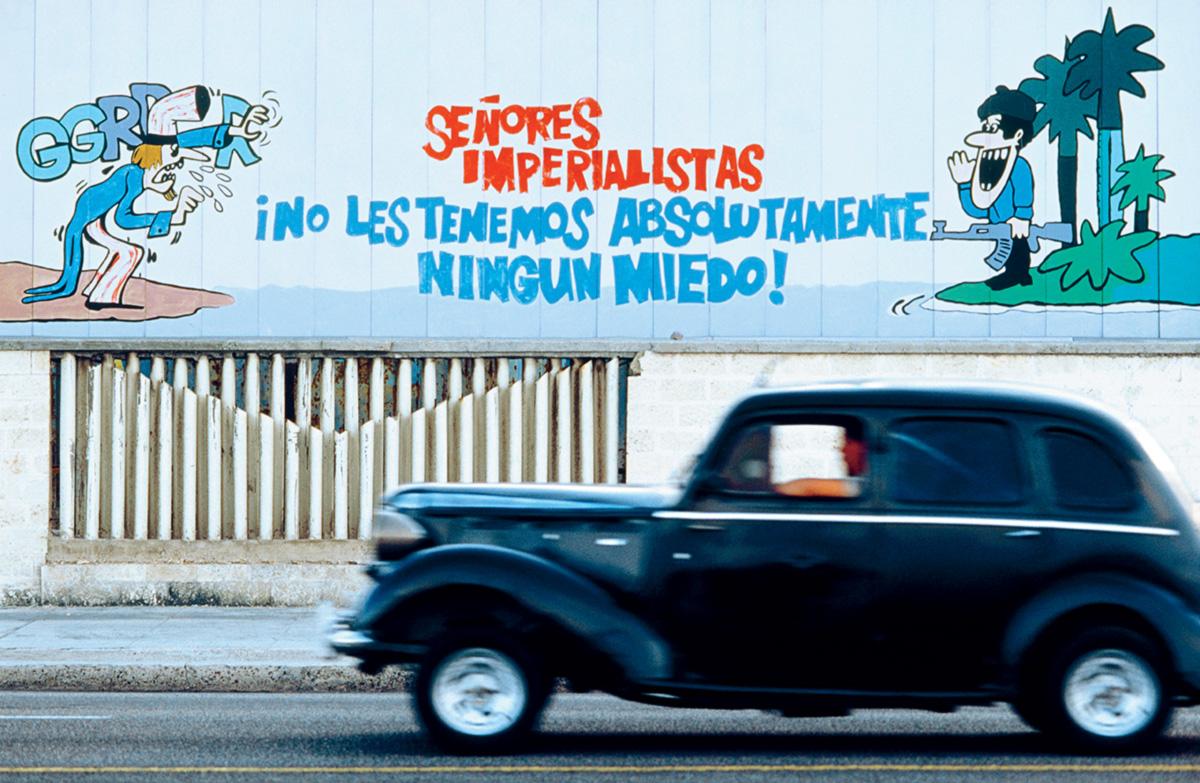 Nossa velha conhecida, a retórica nos recebia em Havana. Em um mural, no qual um guapo cubano desafiava um Tio Sam decrépito e medroso, a veemência revolucionária era temperada pelo formalismo e pela cortesia da expressão Señores Imperialistas