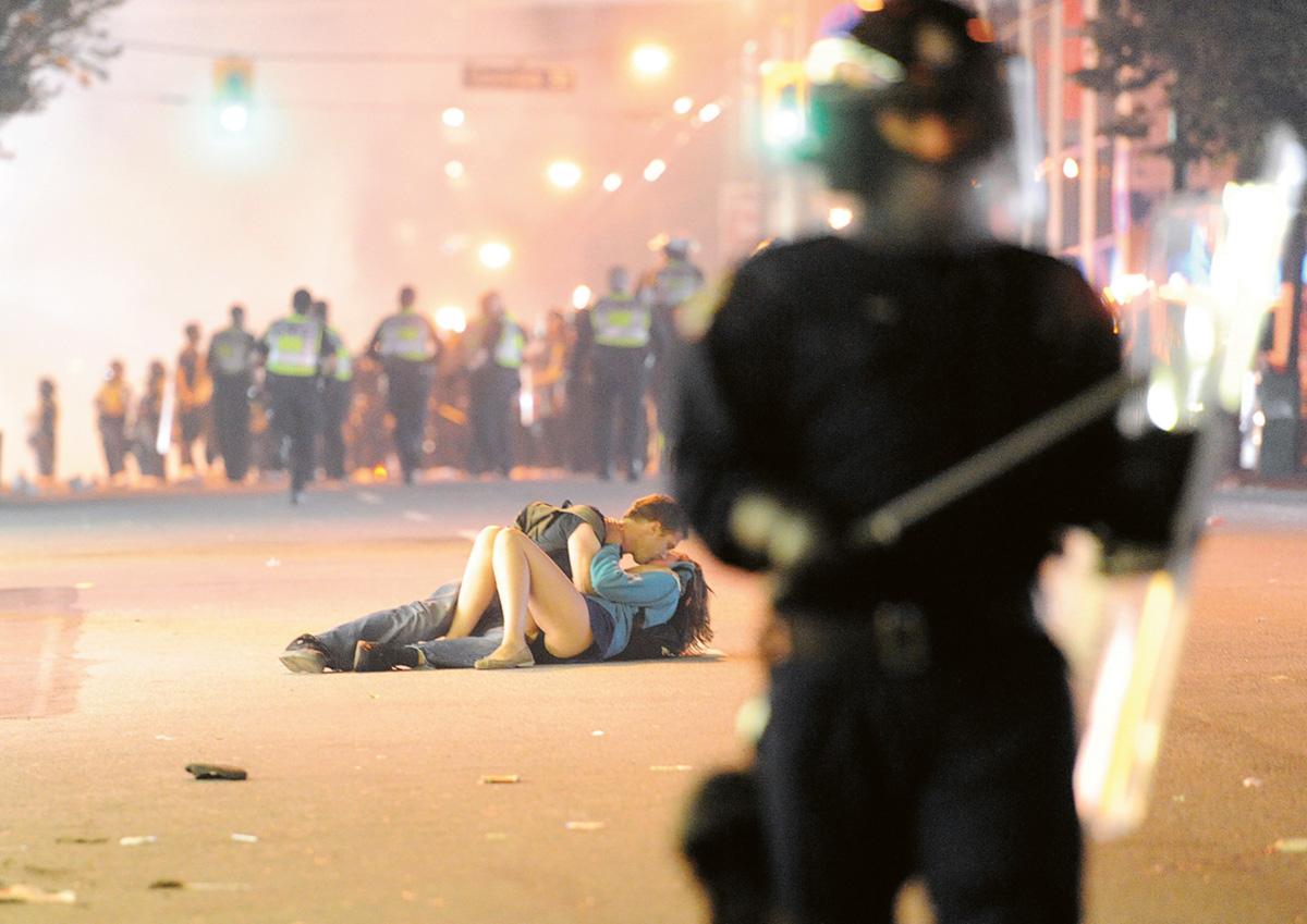Beijo no asfalto: o australiano Scott Jones e a namorada Alexandra Thomas tentavam fugir da confusão quando ela foi atingida pelo escudo de um policial e caiu. Ele deitou-se ao seu lado para acalmá-la e viraram celebridades