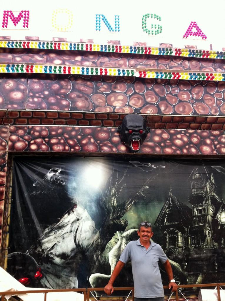 O proprietário do Castelo da Monga, Paulo Cassemiro, após apresentação num parquinho itinerante em Parelhas, Rio Grande do Norte, janeiro de 2012. Créditos: Cris Siqueira.