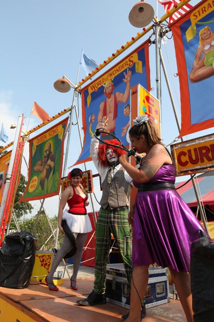 No palco do bally, Tanya (com a cobra), Rash the Clown e Cris Siqueira. O circo é o World of Wonders na Ohio State Fair em Columbus, Ohio, julho/agosto 2011. Créditos: Diane Falk.