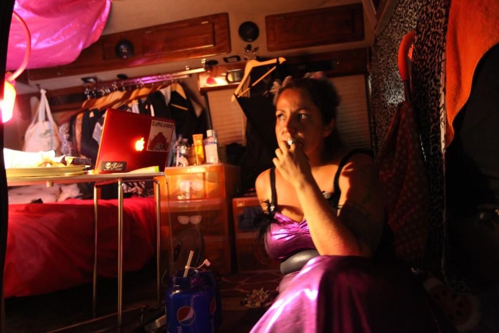 Cris Siqueira pensando fervorosamente no Sonho da Monga Própria, na van do World of Wonders, julho/agosto 2011. Créditos: Diane Falk.