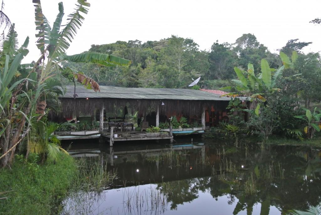 Sede social do Núcleo Serra Grande, construída num grande deque de madeira sobre uma represa (foto: Bernardo Esteves)