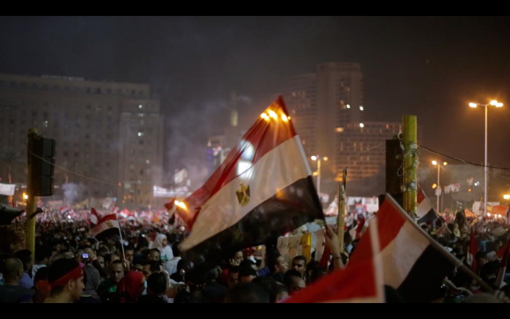 Manifestantes comemoram a queda de Morsi, o presidente que pertence à Irmandade Muçulmana e foi eleito há um ano