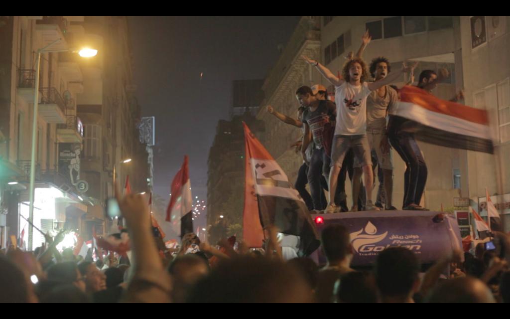 Jovens comemoram a derrubada do presidente pelos militares
