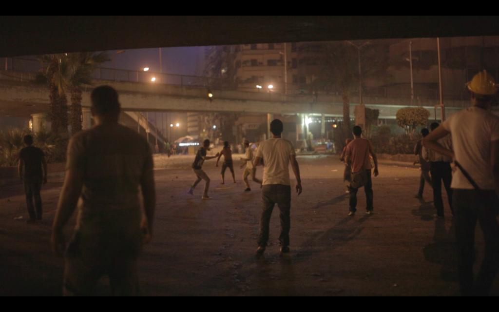 Confronto de rua entre jovens da praça Tahrir e integrantes da Irmandade Muçulmana perto da Universidade do Cairo