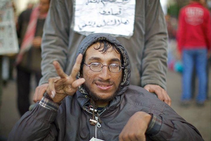 Homem faz sinal durante as manifestações de 2011