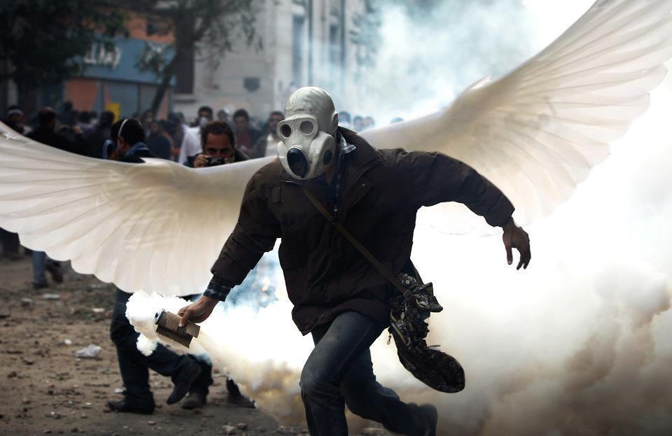 Homem foge de bombas de gás durante as manifestações de 2011