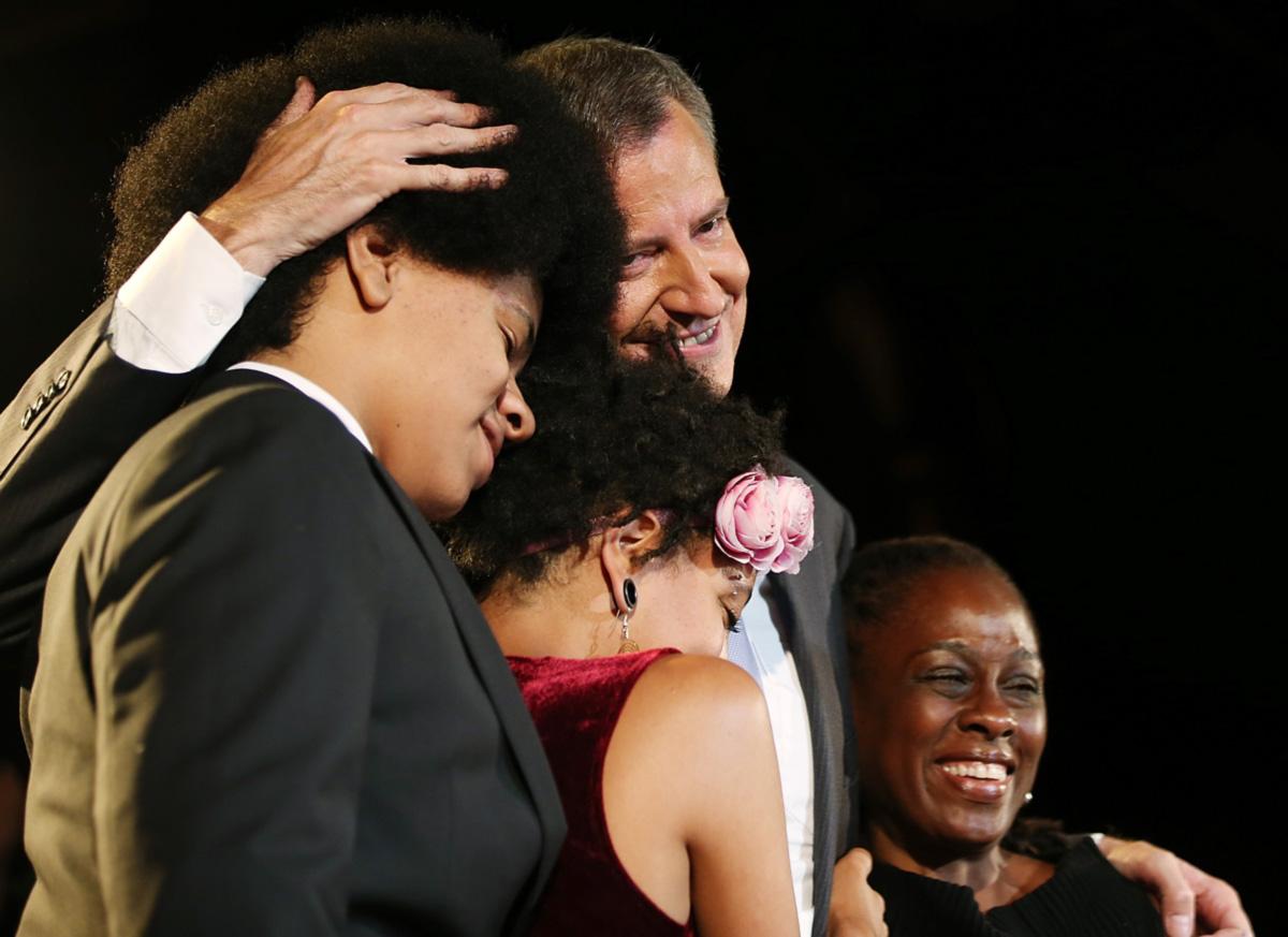 O carismático Dante com a irmã, o pai e a mãe; ele cultiva seu corte afro desde criança e quer seguir na política