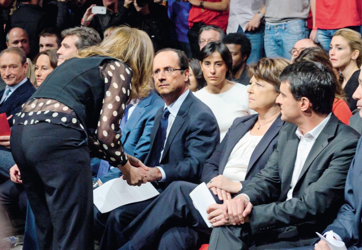 Na campanha à Presidência, Hollande conversa com Valérie, agora sua ex, perto da primeira mulher, Ségolène (E), e da nova namorada, Julie (D)