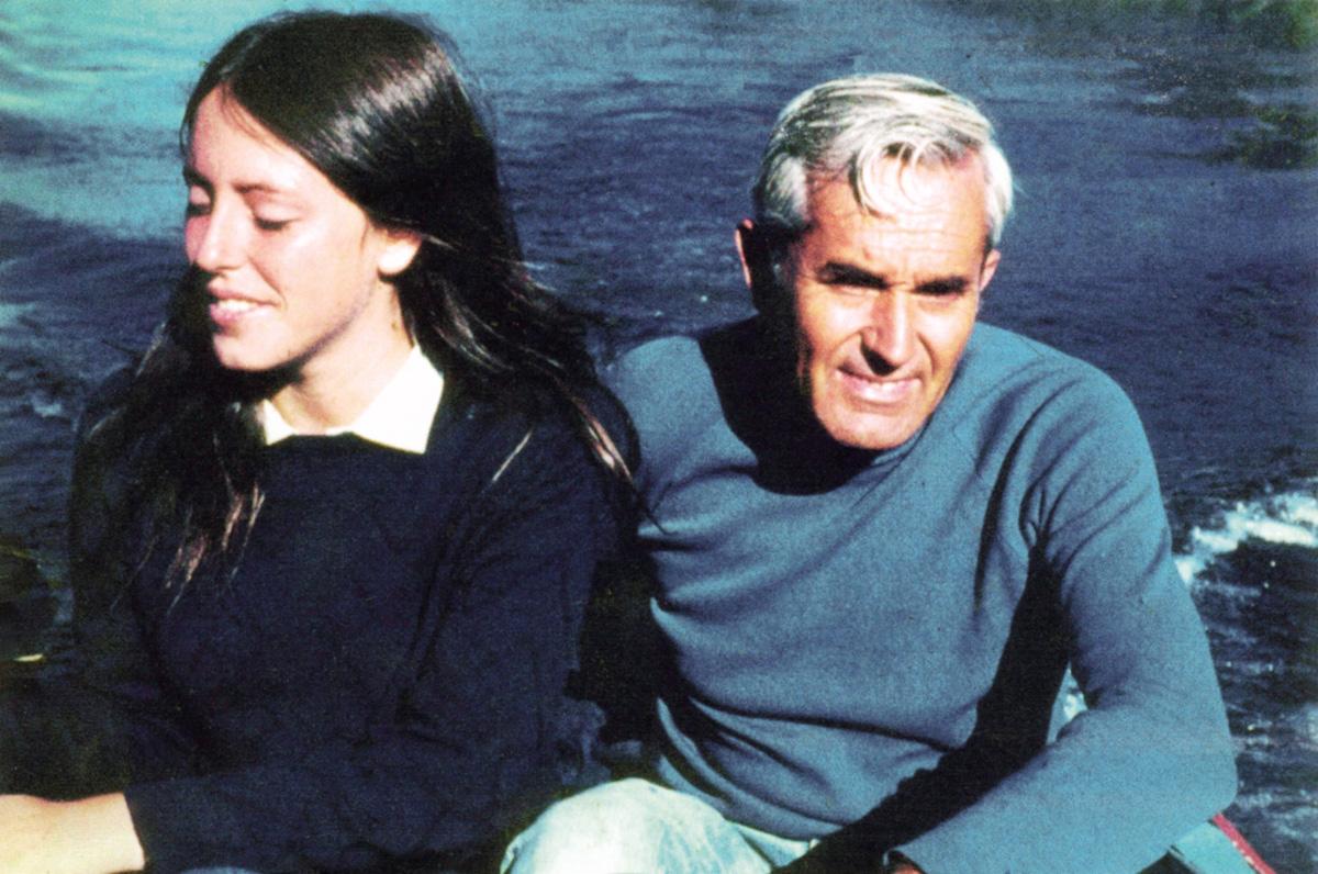 """Michelle com o pai, o general da Força Aérea Alberto Bachelet, que morreu na prisão durante a ditadura de Pinochet. """"Meus pais não eram de muito agarramento, mas tínhamos muita vida em comum. Muito passeio, muita natureza, muita barraca"""", contou a ex e futura presidente"""