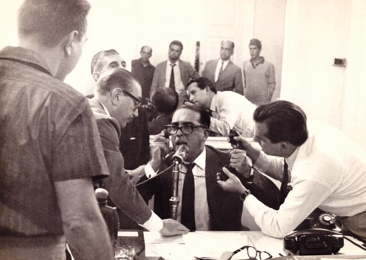 No Palácio da Guanabara, em 1º de abril de 1964, Carlos Lacerda concede entrevistas sobre o golpe, ao qual aderiu, triunfante e temeroso; hiperativo, escrevia, falava, trabalhava, lia, viajava e comia com voracidade, com uma impaciência que combinava com sua geração
