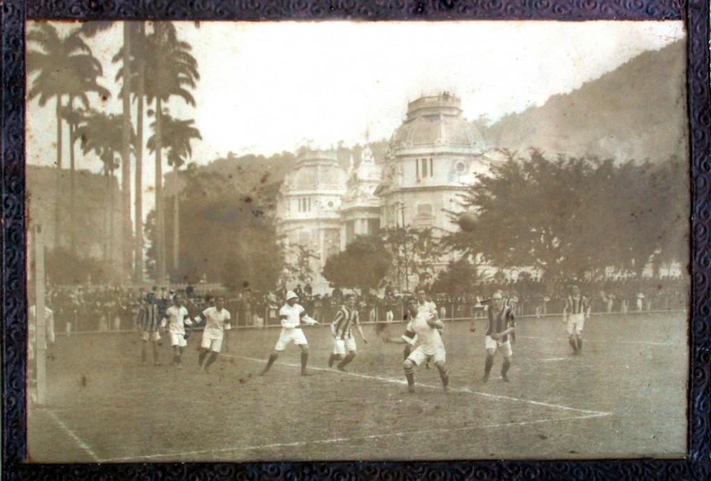 No fundo, vê-se o Palácio Guanabara (FOTO: ACERVO FLU-MEMÓRIA)