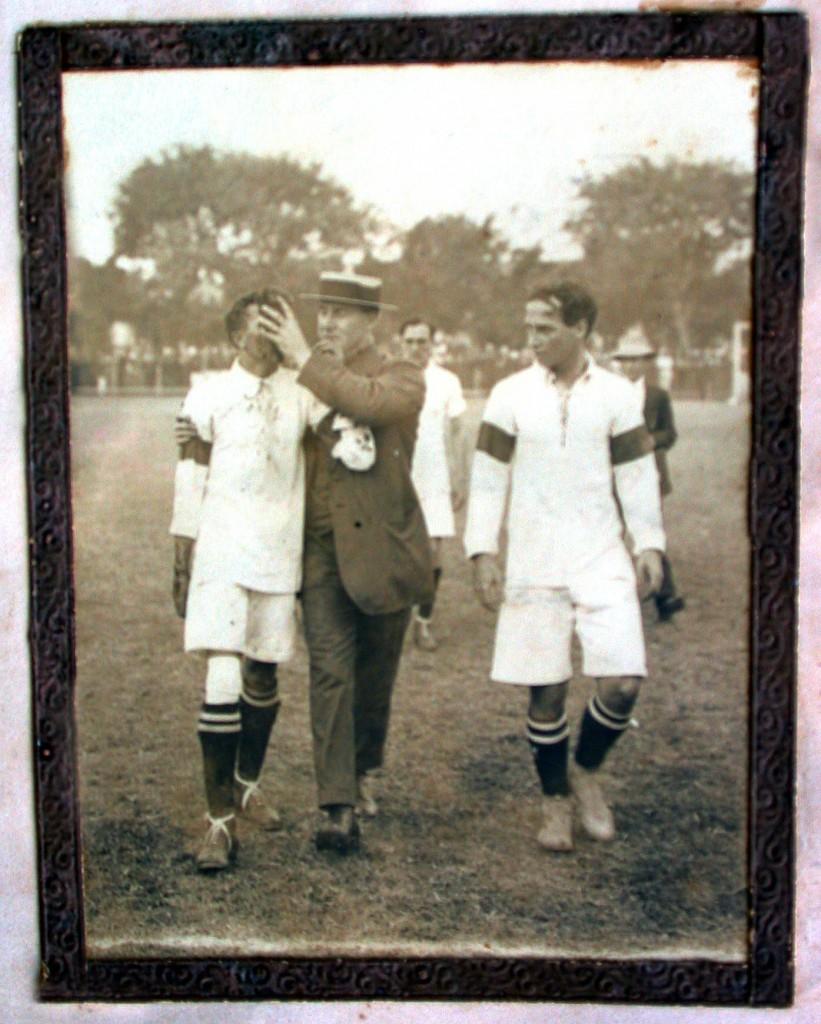 Friedenreich (à esquerda) perdeu dois dentes durante o jogo (FOTO: ACERVO FLU-MEMÓRIA)