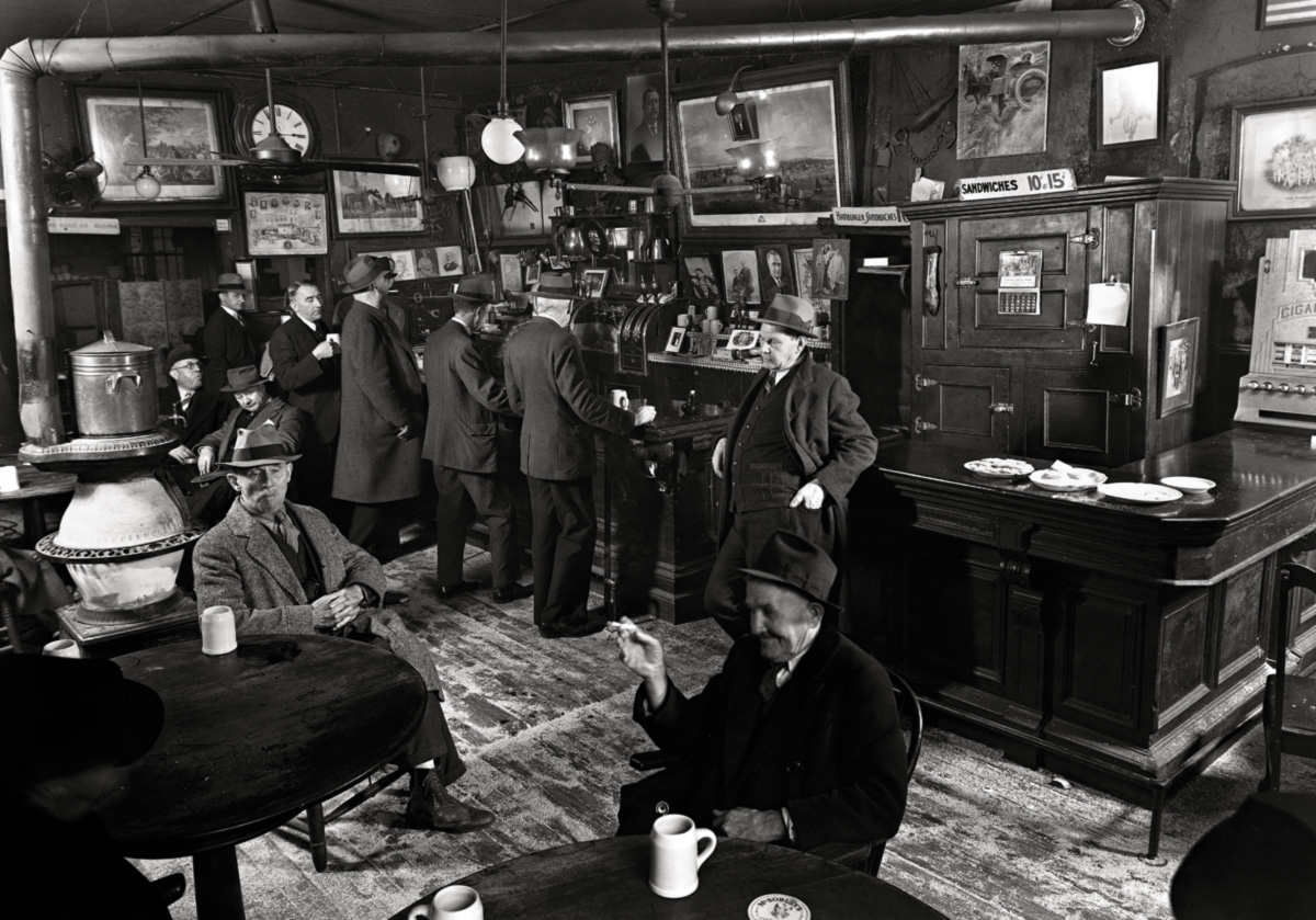 O velho John McSorley decorou o bar ao estilo de um estabelecimento que conheceu em Omagh, sua cidade natal na Irlanda. Ele nunca vendeu destilados; acreditava que ninguém precisava da bebida mais forte que uma caneca de cerveja aquecida no rebordo da estufa