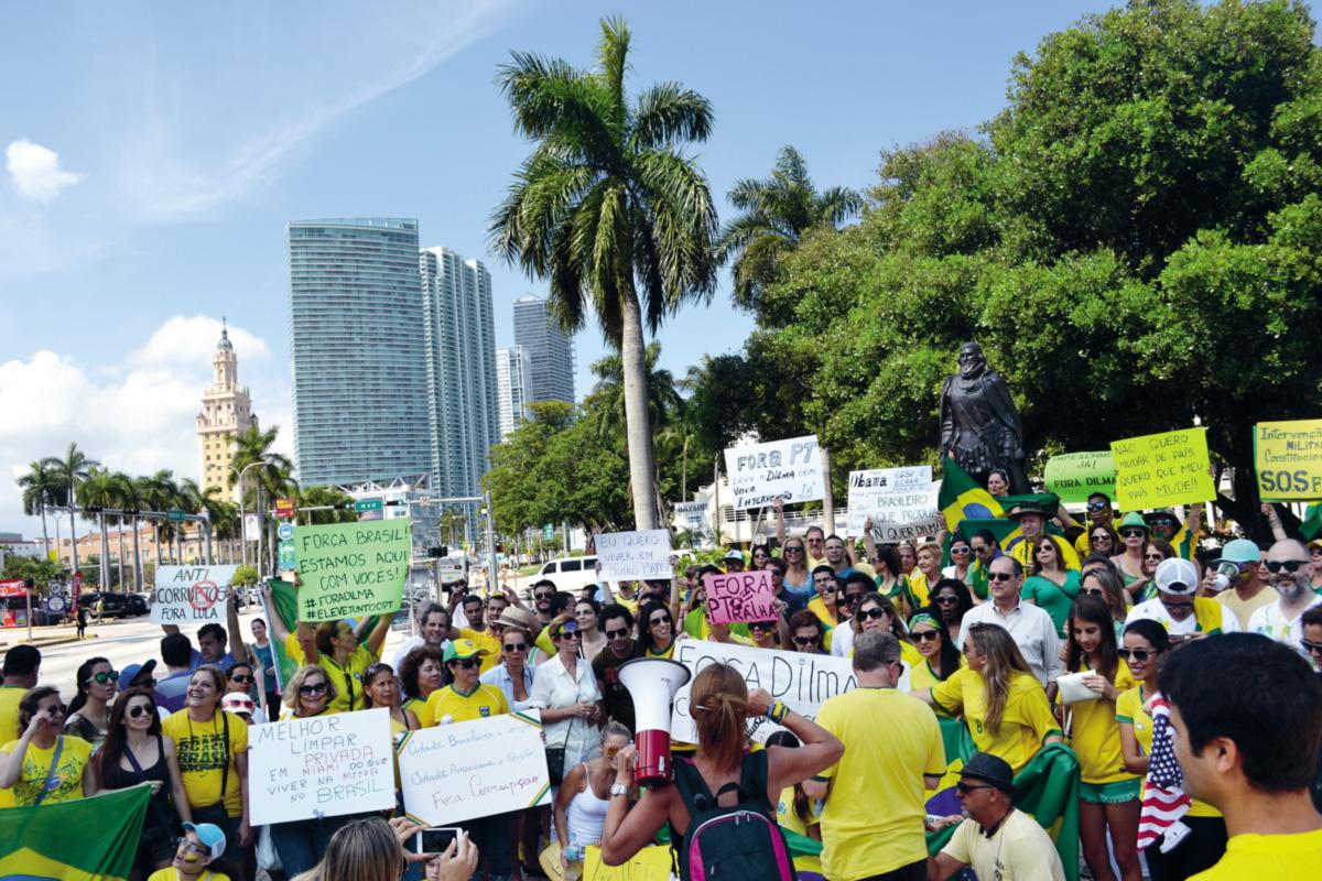 """No protesto dos brasileiros em Miami, bradou-se contra corrupção, Dilma, Lula, comunismo, ditaduras de esquerda, Cuba, Venezuela e até a cor vermelha. """"Queremos um país melhor porque sabemos o que é um país melhor!"""", disse uma das organizadoras, pelo megafone, aos manifestantes"""