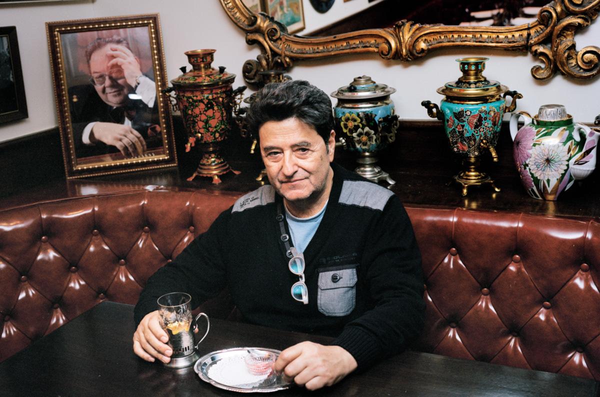 Vergara no Russian Samovar, em Nova York, antigo reduto de artistas e escritores, um restaurante que o remete aos velhos tempos — ao Chile antes de Allende, à sua juventude