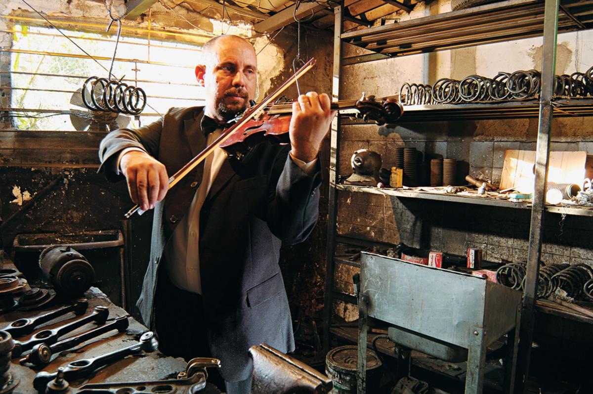Mecânico de automóveis de segunda a sábado e violinista da filarmônica nas horas vagas, Alexandre Ribeiro afina máquinas com ouvido de músico