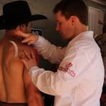 Fisioterapeuta aplica adesivo antiinflamatório no ombro de João Ricardo Vieira antes da semifinal.