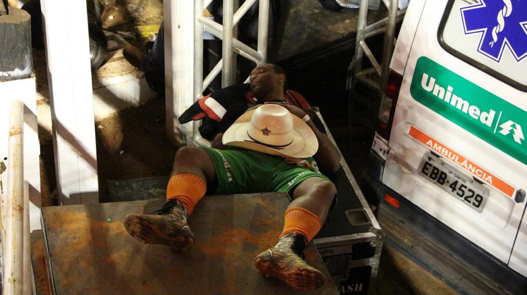 Salva-vidas cochila antes da final do Rodeio Internacional de Barretos.