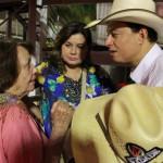 Cuiabanno Lima conversa com sua família pouco antes da narração da final do rodeio em Barretos.