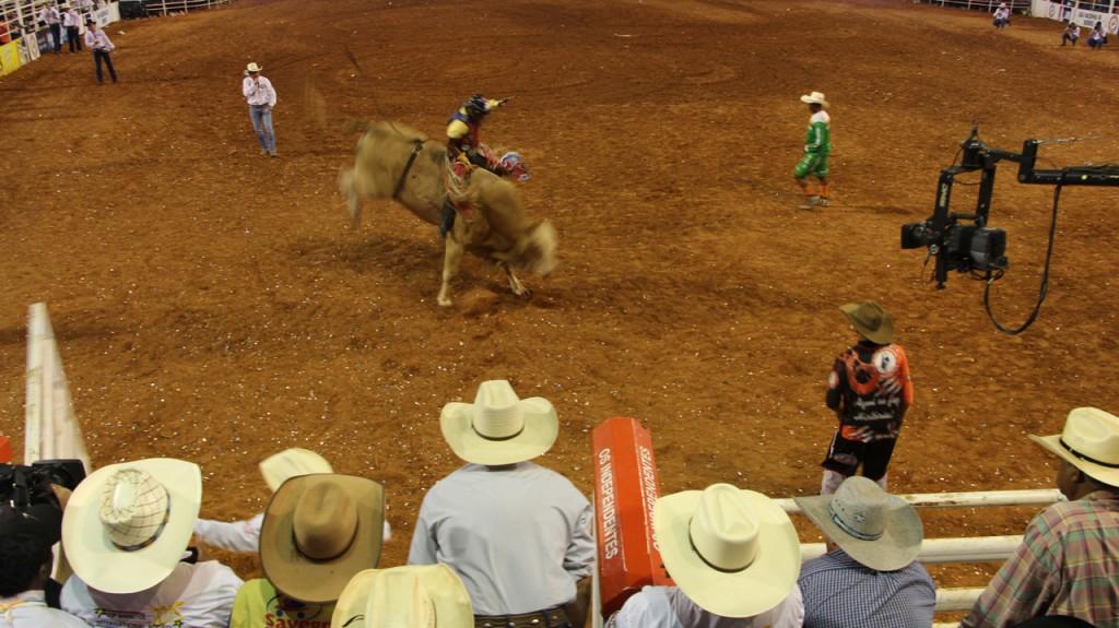 Montaria na final do rodeio de Barretos, narração de Cuiabanno Lima.