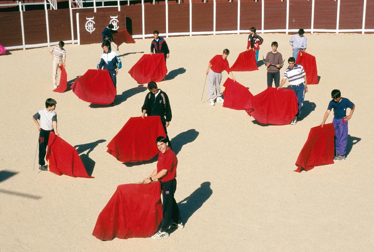 """Alunos treinam na Escola Taurina, ameaçada pelo corte de verbas. Ex-governadora de Madri, Esperanza Aguirre lamenta o cerco às touradas. """"A tauromaquia é como uma pintura, uma música"""""""
