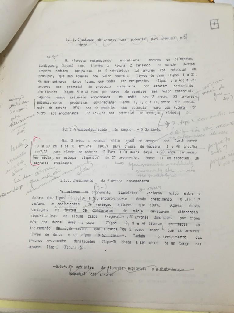 Artigo de Paulo Barreto comentado por Chris Uhl. O professor anotava copiosamente os manuscritos dos alunos, que escreviam dezenas de versões de cada texto