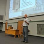 Chris Uhl durante uma aula de ciências ambientais para centenas de alunos de humanidades. No começo deste século o americano abandonou a pesquisa para se dedicar integralmente ao ensino
